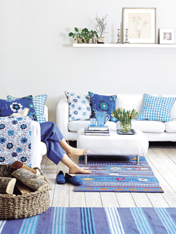 turquoise-blue-white-teal-moroccan-rugs-blue-shades-combination-floral-wall-paper-shabby-chic-open-living-room-rustic-boho-interior-cottage-decor-updo-diy