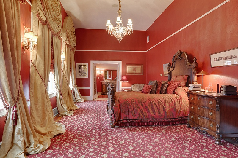 Beyonce-and-JayZs-new_orleans_home_bedroom