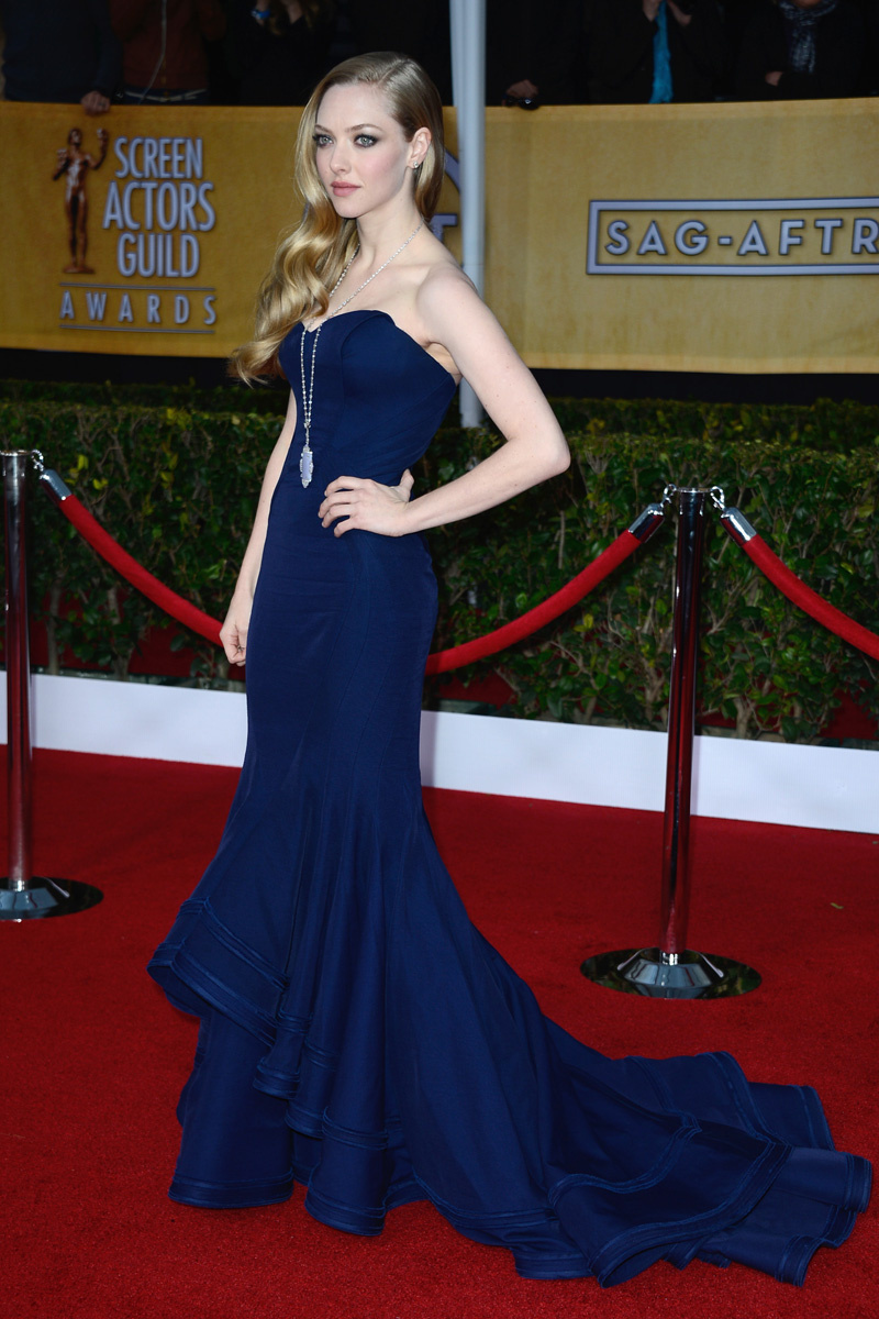 amanda-seyfried-navy-dress
