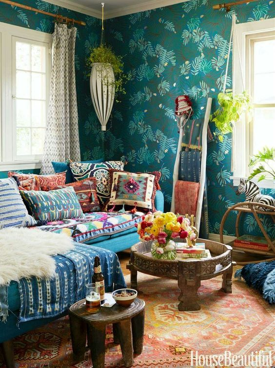 bohemian-living-room-decor-with-printed-wallpapr