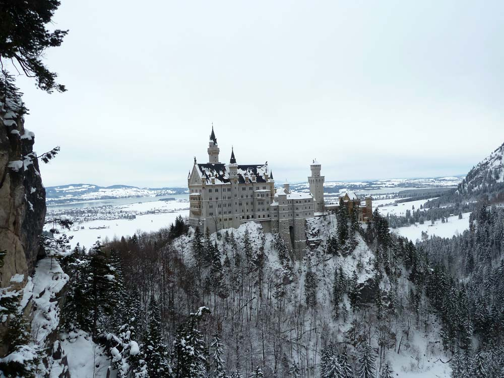 Schloss-Neuschwanstein-in-winter-seen-from-Marienbrucke-Bavaria-Germany