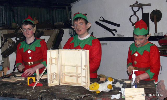 elves-making-present